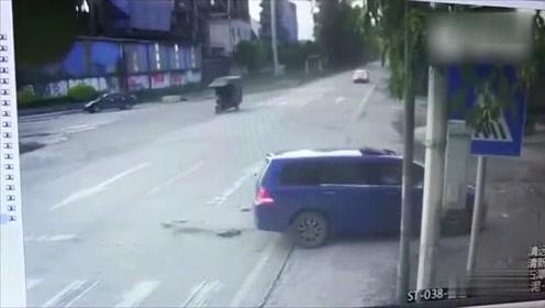 飞驰摩托车迎头撞上掉?#39134;?#21153;车 2人当场被撞昏躺地